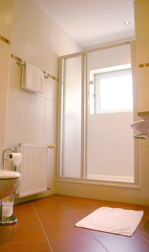 Komfortables Zimmer für erholsames Übernachten in der Unterkunft Gästehaus St. Michael