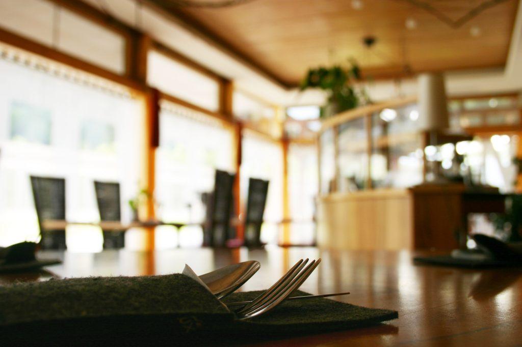 Das Restaurant im Gästehaus St. Michael verfügt auch über einen sehr hellen Wintergarten.