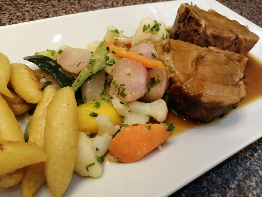 Regionale, steirische Küche in unserem Restaurant im Gästehaus St. Michael: Schmorbraten mit Schupfnudeln und Wurzelgemüse