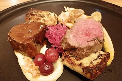 Heimischer Hirsch bei kulinarischer Aktivität im Restaurant der Unterkunft Gästehaus St. Michael