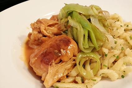 Regionale, steirische Küche in unserem Restaurant im Gästehaus St. Michael: steirisches Paprikahendl mit Lauchgemüse und Spätzle